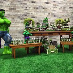 Painel em tecido para decoração do Incrível Hulk Decoração de @nathaliamizunofestas bolo @ssantosmaia Buffet @flamiskids #PainelEmTecido #festahulk #decoracaohulk