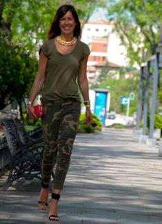 Zara Camisetas, Zara Pants and Mango Gladiators Camo Jeans Outfit, Camo Outfits, Casual Outfits, Camo Pants, Camouflage Fashion, Camo Fashion, Military Fashion, Weekend Outfit, Weekend Wear