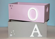 My Sweet Things: DIY | Cajas decoradas con chalk paint y letras Painted Boxes, Hand Painted, Toy Basket, Wooden Names, Letter A Crafts, Diy Box, Wood Boxes, Vintage Decor, Chalk Paint