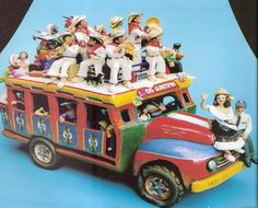 Plateia.co #ValoralaIdentidad #PlateiaColombia #Colombia #artesania #handicraft Chiva Jeep Willys, Ecuador, Bus Art, Colombia South America, Mexican Art, Spanish Lessons, Cute Crafts, Book Illustration, Dollhouse Miniatures