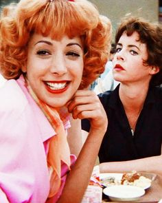 Didi Conn and Stockard Channing - Grease Um musical lindo da década de Stockard Channing, Love Movie, I Movie, Movie Stars, Movies And Series, Movies And Tv Shows, Film Music Books, Music Tv, Rizzo Grease