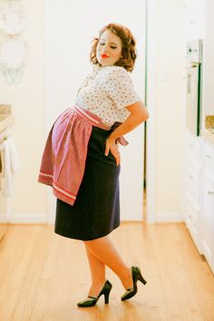 How CUTE is this retro housewife maternity shoot. Love it