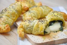 I croissant salati con spinaci sono degli antipasti originali e semplicissimi da realizzare. Ecco la ricetta