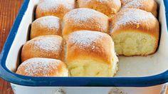 Potrebujeme: 520 g polohrubej múky 40 g droždia 60 g krupicového cukru 280 ml mlieka štipku soli 2 žĺtky 80 g masla 1 balíček vanilínového cukru 2 lyžice rumu pol lyžičky citrónovej kôry hladká múka na posypanie dosky + roztopené maslo na vymazanie pekáča a potretie buchiet