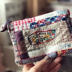 No photo description available. Fabric Bags, Fabric Scraps, Small Sewing Projects, Pouch Pattern, Old Quilts, Handmade Purses, Sewing Art, Patch Quilt, Quilted Bag