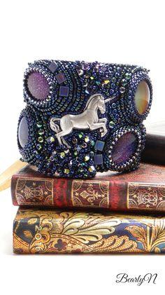 Dancing Unicorn, des cabochons aux teintes changeantes pour cette manchette brodée de perles et de cristaux Once Upon A Time, Cabochons, Dionysus, Captain Hat, Gucci, Shoulder Bag, Collection, Hats, Fantasy Creatures