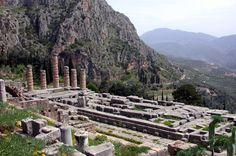 """Les ruines du """"Temple d'Apollon"""" à Delphes - Grèce."""