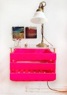 Neon pinker Nachtschrank aus alter DDR Kiste