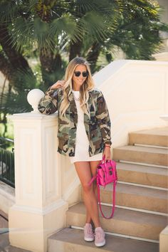 For+a+classic+and+timeless+style,+try+wearing+an+army+style+camo+jacket+over+a+mini+dress+or+a+simple+top.+Janni+Deler+shows+us+how+it+is+possible+to+bring+a+feminine+twist+to+the+look+by+choosing+a+hot+pink+bag+and+matching+sneakers!+Jacket:+JN+Llovet,+Dress:+Choies,+Bag:+Phillip+Lim,+Shoes:+Jim+Rickey.