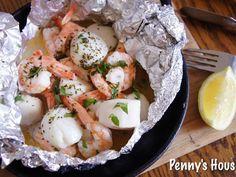用鋁箔紙炙燒海鮮這是一個非常棒的懶人法,哈哈,把所有的海鮮的鮮味全部都集中在這個袋子中,而且湯汁真是絕佳精華,拿來拌義大利麵更是一個美味!料理時間.......