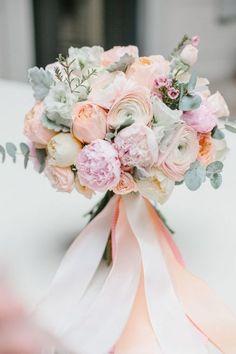 букет невесты, весна, розовый, белый, персиковый, зелень, анемоны, розы, пионы, эвкалипт