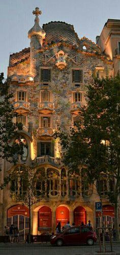 """1927.- """"Casa Batlló"""". ANTONIO GAUDÍ. Sorprende saber que se trata de una remodelación de un edificio previamente existente cuyo dueño, el Sr. Batló, encargó al arquitecto catalán. Pertenece a su ETAPA NATURALISTA, periodo en que el artista se inspira en las formas orgánicas de la NATURALEZA."""