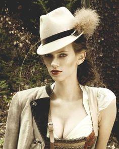 Dirndlfrisur zum Hut mit Trachtenmode von Coco Vero #Dirndl #Tracht