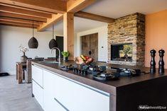 Steenstrips in de moderne keuken met houten balken. Foto van De Rooy Metaaldesign