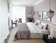 Особенно продуманным выглядит выбор текстиля и аксессуаров в спальне. Светлые воздушные шторы, мягкий ковер и оригинальные светильники над тумбочками создают пространство, которое способствует гармоничному отдыху