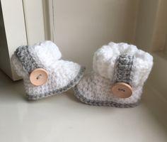Baby slofjes ugg model met strikkoordje (onder de dubbele boord)  en bandje met houten knoop. door Haakmadam op Etsy