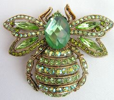 OUTSTANDING BUMBLE BEE BROOCH / PIN WITH GREEN STONES - CAT MAKERS MARK