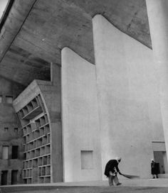 Palace of Justice (Punjab and Haryana High Court building), Le Corbusier, Chandigarh, India 1952 Gothic Architecture, Architecture Details, Le Corbusier Chandigarh, Brutalist Buildings, Famous Architects, Brick And Stone, Inspiration, Burke, Modernism
