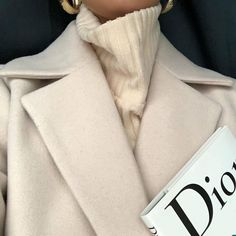 Find tips and tricks, amazing ideas for Vogue. Discover and try out new things about Vogue site Nyc Fashion, Fashion Killa, Look Fashion, Winter Fashion, Fashion Coat, School Fashion, Couture Fashion, Cream Aesthetic, Classy Aesthetic