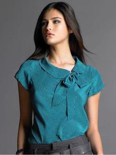 printed bow tie blouse with a very appealing cowl collar, From Banana Republic. I really like the colour , it's my kind of blue. Or is it teal? Dress Neck Designs, Blouse Designs, Top Turquesa, Color Turquesa, Bow Tie Blouse, Turquoise Top, Mode Outfits, Work Attire, Blouse Styles