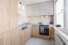 armoires en bois, dosseret en mosaique et plan de travail cuisine en pierre grise