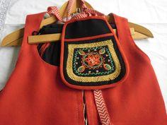 Kurikan kansallispuvun tasku. Kurikka's folk costume bag. Costume Bags, Costumes, Sewing Pockets, Folk Costume, Traditional Outfits, Handicraft, Finland, Folk Art, Fashion Backpack