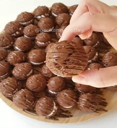 Sandwich Cake Recipe (Whoopie Pies)-Sandviç Kek Tarifi (Whoopie Pies) I think it has a texture between cookies and cakes for both small and large. Whoopie Pies, Sandwich Cake, Sandwiches, Magnolia Cake, Number Birthday Cakes, Red Wine Gravy, Onion Pie, Flaky Pastry, Mince Pies