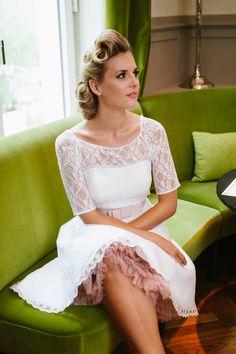 Hier siehst du unsere Kelly, das Brautkleid 50er Jahre mit Petticoat und passendem Bolero! Wie gefällt dir diese Kombi?