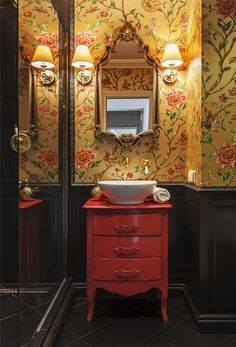 Glamorous powder room featuring this vibrant detailed floral wallpaper that is simply show stopping! Bathroom Interior Design, Home Interior, Interior Decorating, Diy Wallpaper, Bathroom Wallpaper, Home Deco, Espace Design, Powder Room Design, Home Design