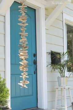 DIY: How to Make a Driftwood Garland - utilizing a collection of driftwood, jute and a drill - City driftwood garland meaning Driftwood Mobile, Driftwood Wreath, Driftwood Art, Driftwood Furniture, Driftwood Projects, Diy Projects, Driftwood Ideas, Creation Deco, Seashell Crafts
