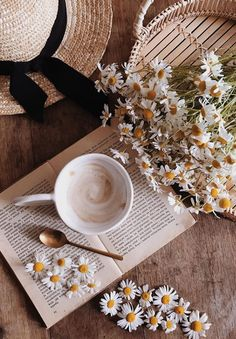 Reading is dreaming with eyes wide open. Cozy Aesthetic, Flower Aesthetic, Aesthetic Vintage, Aesthetic Photo, Aesthetic Pictures, Spring Aesthetic, Whats Wallpaper, Pastel Wallpaper, Flat Lay Photography