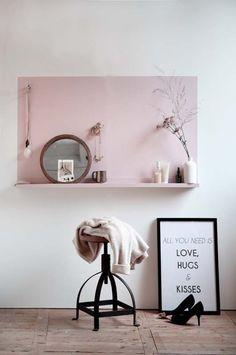 """Use uma cor diferente na parede para separar e demarcar um espaço. Neste caso a prateleira + quadrado rosa se """"transformam"""" em penteadeira. Quer aprender recitas mão na massa para decorar sua casa? ASSINE MeuEstiloDecor.com.br"""