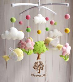 Купить или заказать Мобиль из фетра для детской кроватки 'В весеннем саду' в интернет-магазине на Ярмарке Мастеров. В нашем Расчудесье всегда царит солнечная и теплая весна - в садах распускаются цветы и журчат ручьи, щебечут птички, радуясь яркому солнышку, а по небу плывут белые пушистые облака.. Эти малыши привнесут в детскую комнату столько тепла и уюта! Идеальный мобиль для кроватки маленькой девочки =) Игрушки для детского мобиля в кроватку 'В весеннем саду' сшиты и...