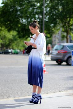 The socks elevate this look to a whole other level. Daily Street Style, Dior, Summer Street, Dip Dye, Spring Summer Fashion, Fashion Outfits, Fashion Trends, Silhouettes, Style Ideas