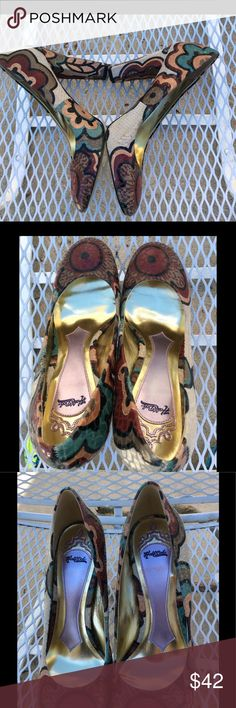 """Hale Bob Wearable Art Faux Snakeskin Heels So gorgeous and versatile!  Wear these with so many colors!  Black, brown, turquoise, beige, red, even green!  If you have a sense of art, these are for you!  4"""" high 4 angle chunky heel.  The shoes are leather🤗 Hale Bob Shoes Heels"""