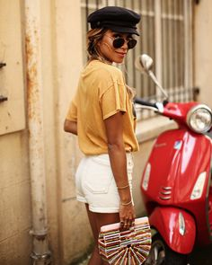 Comfy and cute casual summer outfit. Estilo Shorts Jeans, Denim Shorts Style, Outfits With Hats, Edgy Outfits, Cute Outfits, Vogue, Holiday Outfits, Summer Outfits, Holiday Clothes