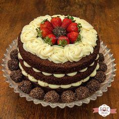 cake de chocolate com recheio de leite ninho e morangos #cake #bolo