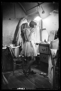 """boudoirepoque: """" """"A photograph of a chorus girl taken in November 1933 by James Jarché for the Daily Herald. The photograph shows the girl in her dressing room getting ready for a performance. Vintage Photographs, Vintage Images, Vintage Beauty, Vintage Fashion, Vintage Style, Style Année 20, Pin Up, Mystery, Louise Brooks"""