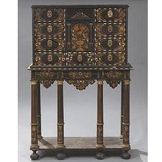 Réalisé vers 1660/1670, ce cabinet reflète le goût pour ces meubles à la mode sous le Roi Soleil