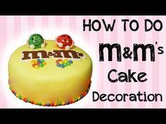 Pasta di zucchero: decorazione di una torta con M&Ms