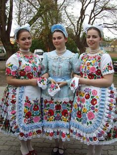 Hungarian Dance, Hungarian Girls, Goddess Art, Moon Goddess, Popular, Vintage Jewelry Crafts, Folk Clothing, Hungarian Embroidery, Principles Of Art