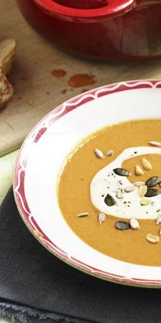 Suppe mal anders: Lass dich von dieser fruchtigen Tomaten-Mango-Suppe überzeugen! Garniert mit Soja-Joghurt und Nüssen, köstlich.