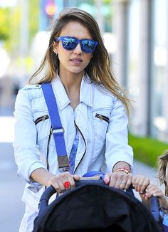 Choosed the prefect pair of sunglasses to suit your face this summer here. Celebrity Pictures, Celebrity Style, Jessica Alba, Ray Ban Sunglasses Outlet, Fashion Tips, Fashion Design, Fashion Trends, Mirrored Sunglasses, Ray Bans