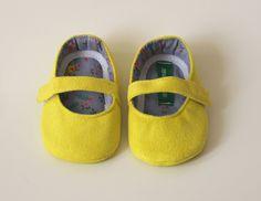 Sapatinho de Camurça Amarelo. Tamanhos: <br> M de 6 a 9 meses Mede 11 cm