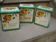 Set of 3 old french tins for farine (flour) sucre (sugar) and chocolate powder (chocolat en poudre) They have been well used, still they remains very attractive and decoratives. Vintage Canisters, Vintage Tins, Vintage Kitchen, Vintage Decor, French Vintage, Metal Containers, Food Containers, Pots, Chocolate Powder