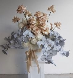Chic and muted bouquet Dried Flower Arrangements, Floral Centerpieces, Dried Flowers, Beautiful Bouquet Of Flowers, Beautiful Flowers, Bouquet Flowers, Rose Flowers, Floral Wedding, Wedding Bouquets