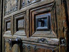 """#REFRANES #MANCHEGOS    """"Más vale amigo a la puerta que pariente a la vuelta."""""""