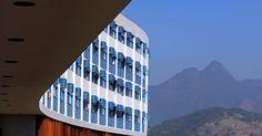 Incrustado no alto de uma encosta no bairro de São Cristóvão, o Pedregulho é considerado um ícone da arquitetura moderna brasileira e mundial por seu traçado serpenteado e por sua integração à paisagem montanhosa