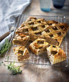 Gehakt pie met rozemarijn en appel. Ga ik maken voor het kerstbuffet. Dan geen appel, maar met in port gewelde cranberries en kleine stukjes gedroogde abrikoos. Voor er op een warme cranberriessausje... Sweet Recipes, Real Food Recipes, Fritters, Tart, Buffet, Breakfast, Desserts, Quiches, Bento