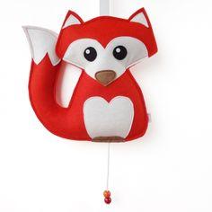 Muziekdoosje Vos   Oranje/Rood Elke baby zal heerlijk in slaap vallen wanneer hij/zij kijkt en luistert naar dit lieve vosje. Het muziekdoosje speelt de melodie Brahm's Lullaby en is gemaakt van 100% wolvilt. Een erg origineel cadeautje